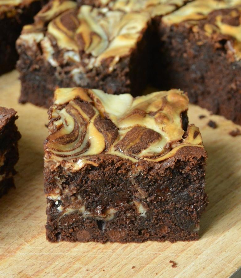 "Brownies met ""cheesy' topping"